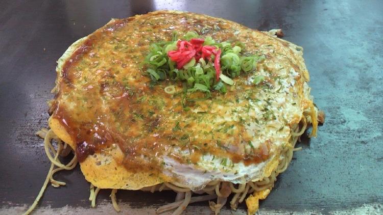 """Okonomiyaki är typisk japansk """"comfort food"""" med mycket smak; brukar uppskattas av nordbor.  Foto: Naocchi, Creative Commons"""