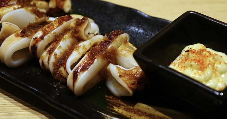 """Ika maruyaki - """"rundgrillad"""" squid; här med riven daikon, soja och japansk majonnäs med lite rödpeppar på. Mycket vanlig rätt på landets izakaya.  Foto: Public Domain"""