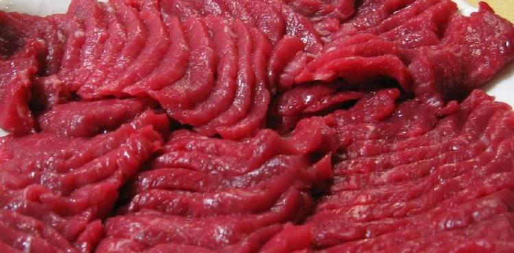Hästkött serveras på alla möjliga upptänkliga sätt, men det är väldigt vanligt att man får den som sashimi - basashi.  Foto: Richard W.M. Jones (Creative Commons License)