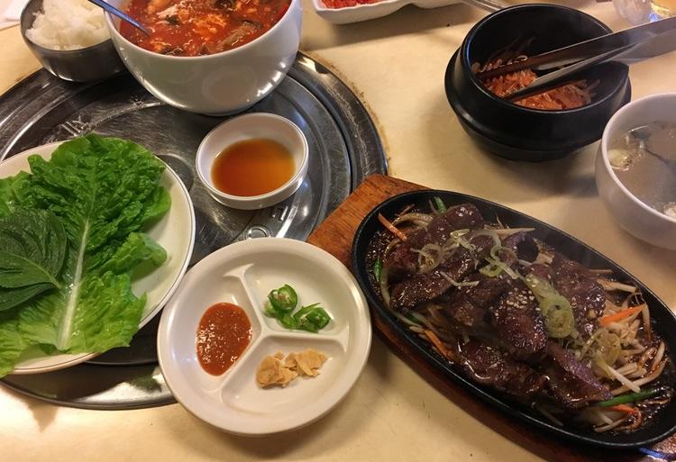 """Koreansk mat är en smakmässig höjdare för den som gillar mycket smak med styrka av vitlök och rödpeppar. Här en """"äkta koreansk"""" variant på en liten bakgata i Tokyo."""