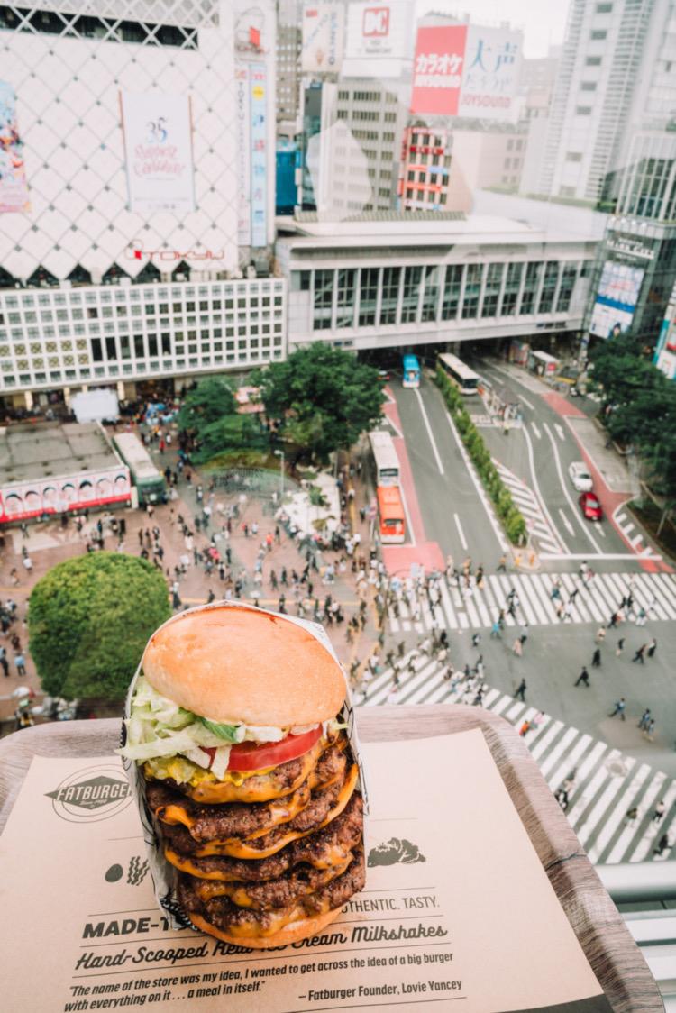 Nu kan man få hamburgerkoma med utsikt över det världskända övergångsstället vid Shibuya station. Ett bra läge för vilken krog eller vilket fik som helst - Starbucks på andra sidan gatan är det Starbucks som säljer mest i hela kedjan.  Foto: Fatburger