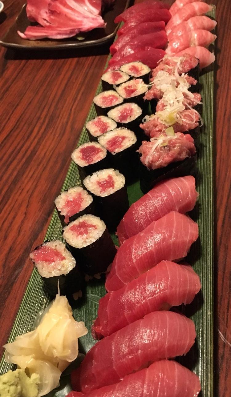 Samtidigt som lax faktiskt seglat upp som japanernas favorit som sushi-fisk, så är tonfisken nog regerande popularitetsmästare i stora delar av resten av världen. Här en sushikrog som har allt möjligt men som ändå satsar allra mest på maguro.