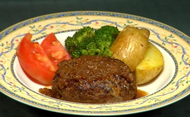"""Typisk japansk pannbiff - hambaagu. Ris och miso-soppa serveras till. Lägg märke till att potatisen i de flesta japanska sammanhang är """"en grönsak bland andra"""" och inte det viktigaste tillbehöret till en måltid som det varit fram till moderna tider i Sverige.  Foto: Cooking with Dog"""