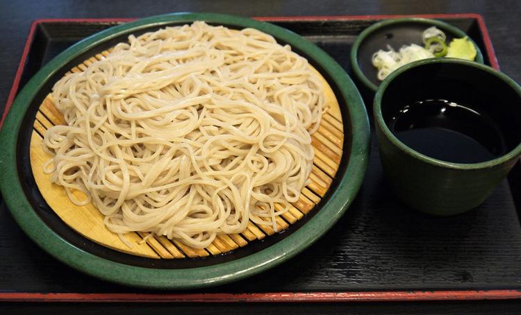 Soba ser ut så här i sin enklaste form. Kokta bovetenudlar som man doppar i en buljong tillsammans med salladslök och wasabi.  Foto: Dry Pot, Creative Commons license..