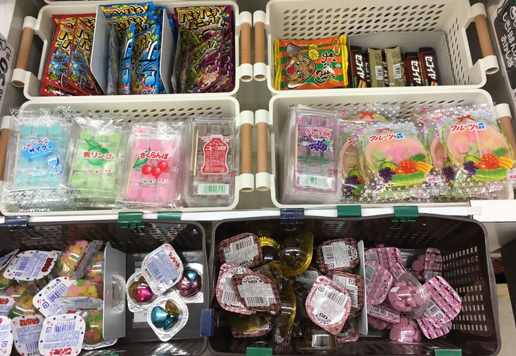 Detta är en kvarleva från de ursprungliga dagashi-butikerna.. Små godisbitar för småpengar - ibland så billiga som en svensk 50-öring.