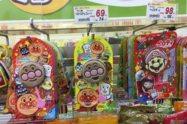 Figurer från japanska barnprogram eller dataspel används ofta för att dra barnens ögon till sig.