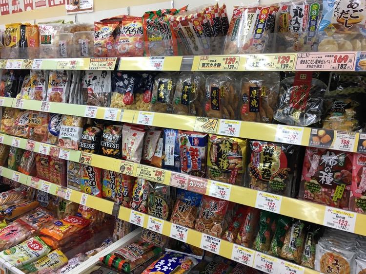 """En stor sortering av japanska salta """"chips"""": senbei, okaki och arare.. Egentligen bara storleken och till viss del smaksättningen som varierar.. Allt har rismjöl som huvudingrediens."""
