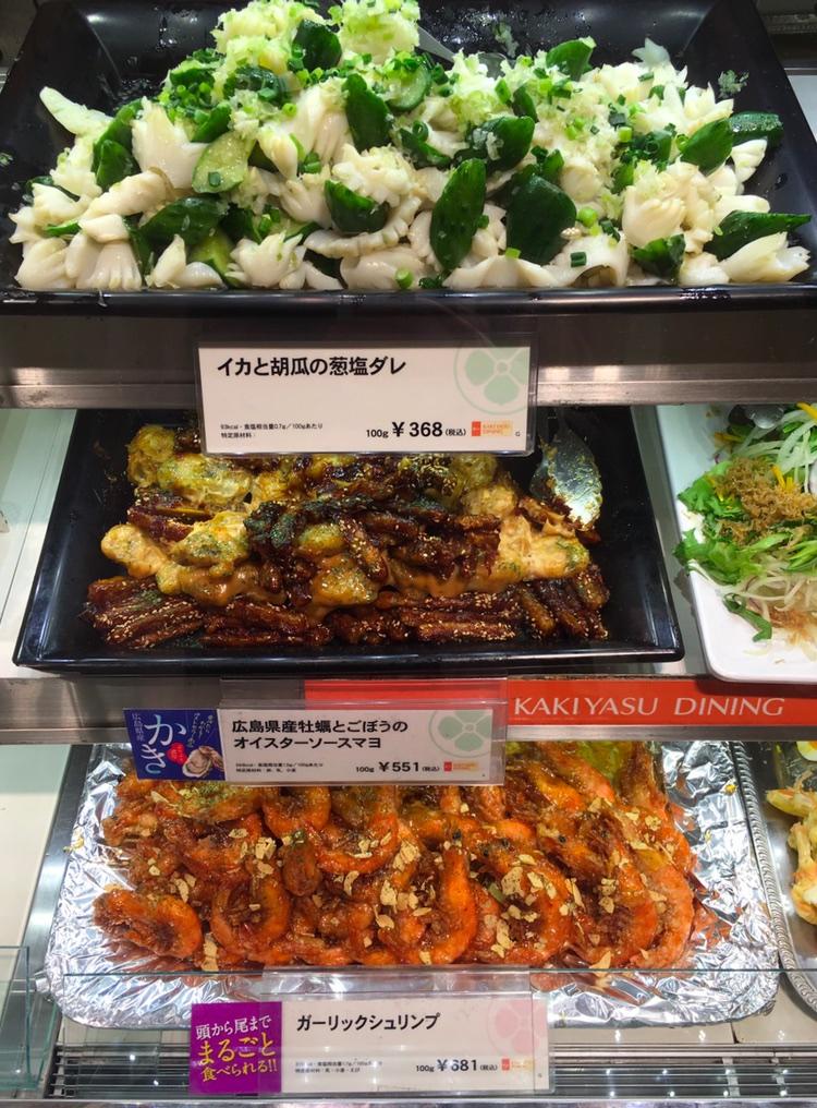 Från ovan: Liten bläckfisk och gurka, ostron från Hiroshima och kardborrerot med ostronsås och majonnäs, vitlöksräkor…