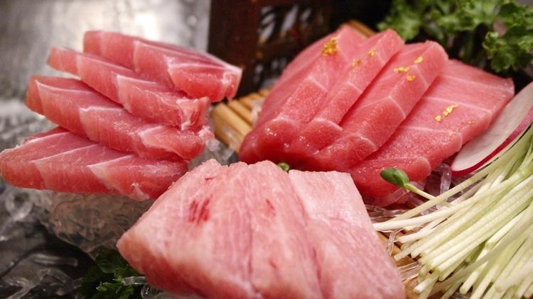 Olika delar av tonfisken, här serverad som sashimi.  Foto: Public Domain