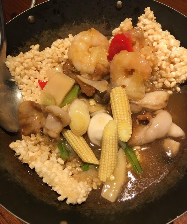 """Utmärkt Kina-mat i Tokyo: Friterat ris med fläsk, räkor och grönsaker i en """"ankake""""-sås, kinesisk buljong, salt, peppar och potatismjöl. Såsen är mycket varm när den hälls på vid bordet, och den löser då upp riset."""