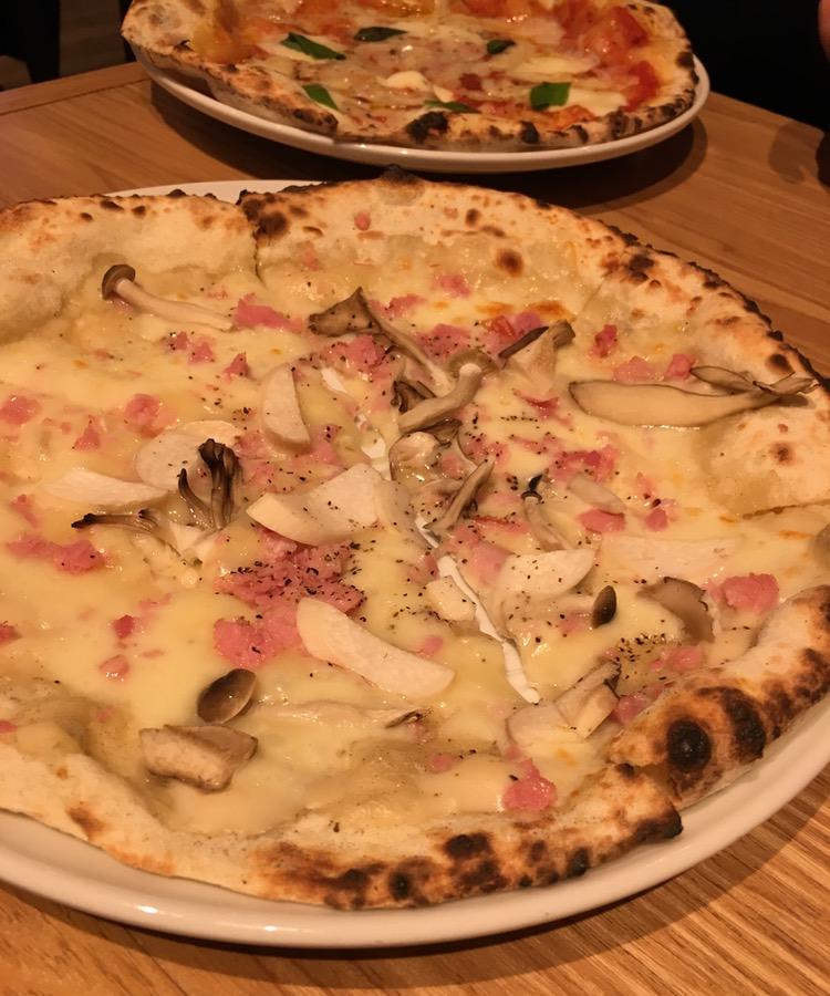 Utmärkt pizza runt hörnet med riktigt god ost (tidigare ovanligt), gräddad i importerad stenugn.