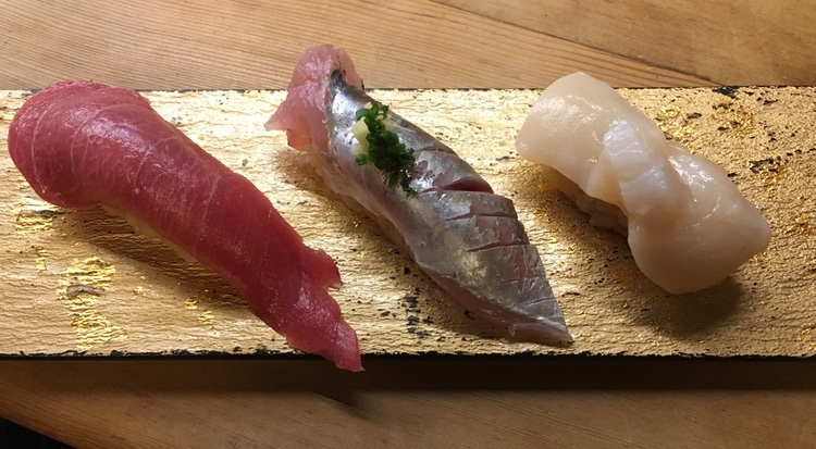 Chutoro (mellanfet tonfisk), taggmakrill och pilgrimsmussla..