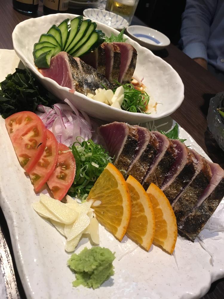 I Tokyo-trakten brukar man ofta äta halstrad bonito med riven ingefära; nere i Kochi tar man wasabi istället. Rejält tjocka skivor känns generöst.