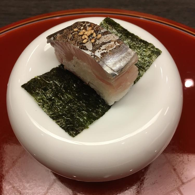 Pressad sushi (oshi-zuzhi) med  sawara  - japansk kungsmakrill