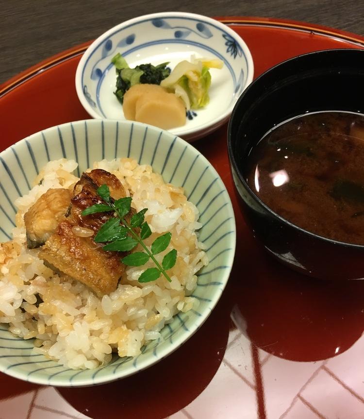 En fin middag brukar inte visa någon risrätt förrän på slutet. Det kallas shime, dvs att man stänger evenemanget med en rätt som garanterar att ingen går hungrig från bordet. Här grillad ål på ris, misosoppa och inlagda grönsaker.