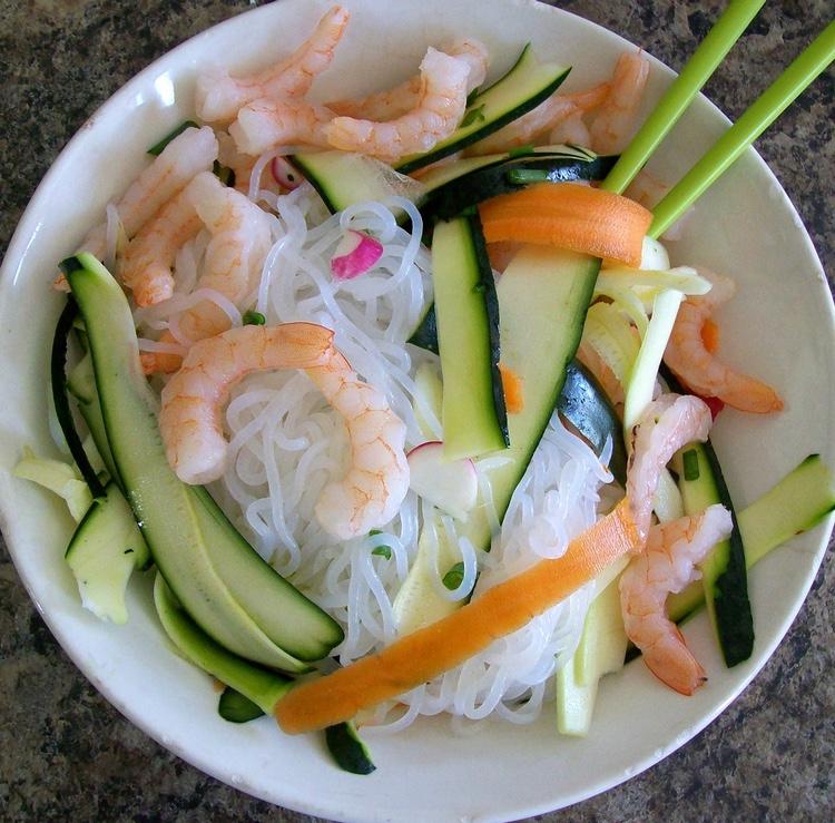 Shirataki-nudlar med räkor och grönsaker. Tillsätt valfri sås eller buljong.