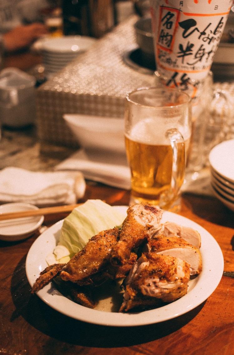 Den typiska japanska puben - izakaya - är ett favorittillhåll för miljontals japaner och ett stort antal hitresta utlänningar. Menyer med stor variation både vad gäller mat och dryck.  Foto: Charles via Unsplash.