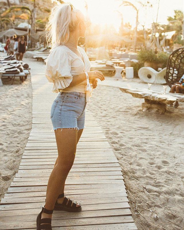Always chasing that golden hour☀️Photographers - can I get an amen?  #mykonos #kalua #style #stylist #fashionphotographer #londonfashionphotographer