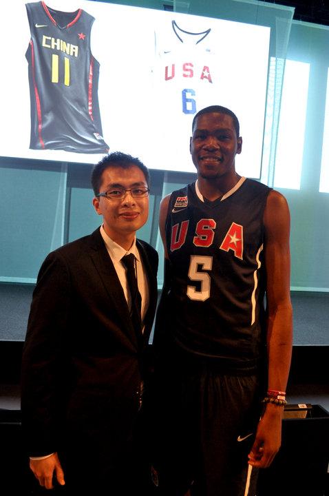 公司总经理与NBA超级巨星Kevin Durant(凯文-杜兰特)出席耐克官方活动