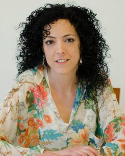 Llicenciada en psicologia, terapeuta familiar sistèmica, mediadora i especialitzada en violència.  Llicenciada en psicologia a la Universitat de Girona  Màster en Teràpia Familiar al Centre de Teràpia Familiar Barcelona.  Postgrau en mediació al centre ISEP.  Postgrau en violència a la UdG