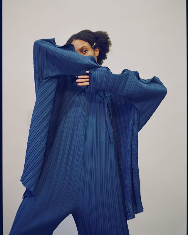 @isioma.i in pleats head to toe . . #sculpture #design #pleats #plissé #blue #overalls #shirt #younique #slowfashion #minimalism #shopsmall #nyc #nydesigner