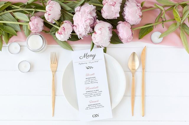 KHGrafisk fikk æren av å lage grafisk materiale til Camilla og Nikolai Gramstad sitt bryllup i sommer. 👰🏼🤵🏼💍Takk for oppdraget og tilliten 🌸 #wedding #graphicdesign #weddingdesign