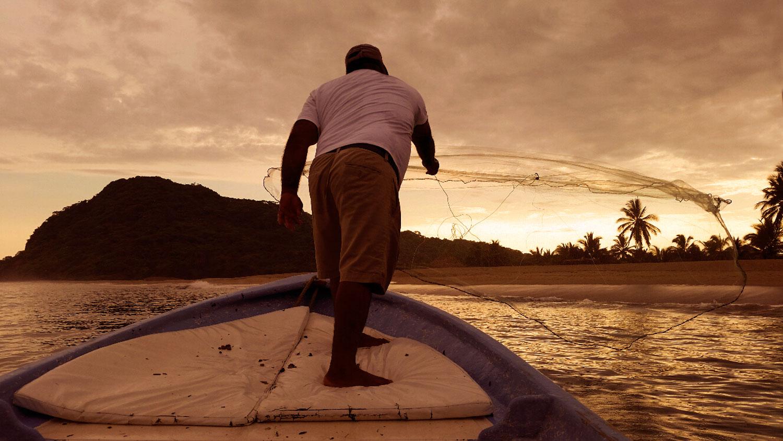fisherman-throwing-net-for-bait-104.jpg
