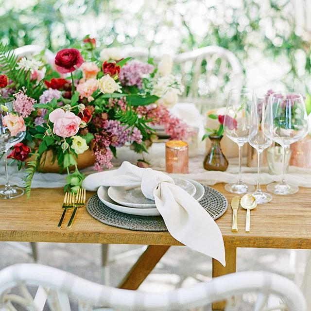 Remembering last summer and all of the gorgeous flowers we typically don't use since it is waaaaaay too 🔥. But love this Al fresco set up at @thescottresort. It was the most lovely, intimate dinner scene.  @elysehallphotography