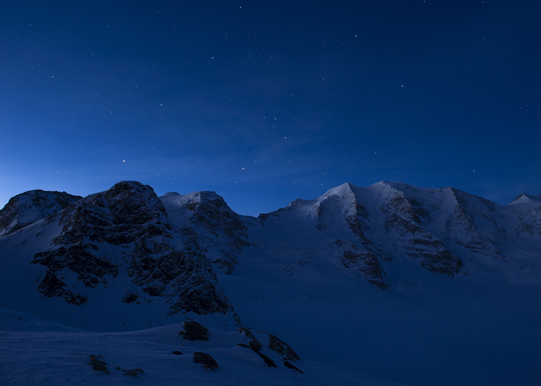 Blaue Stunde, Sicht auf den Piz Palü kurz vor Sonnenaufgang