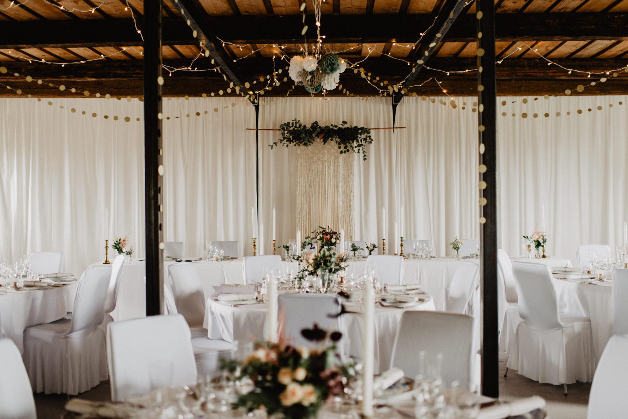 Dukning för bröllop i lada