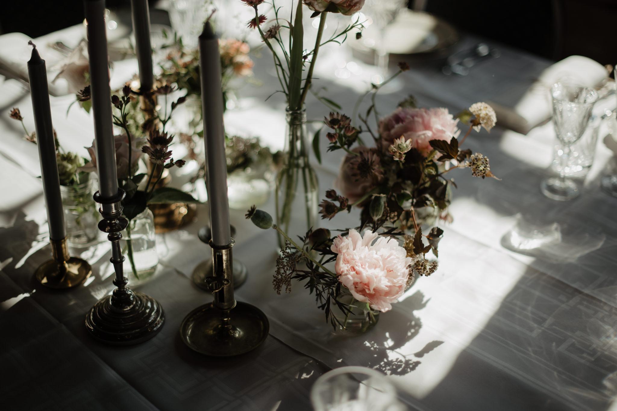 Bröllop på Sofiero Gård med blommor från Anna Gouteva och porslin från Petras Porslin