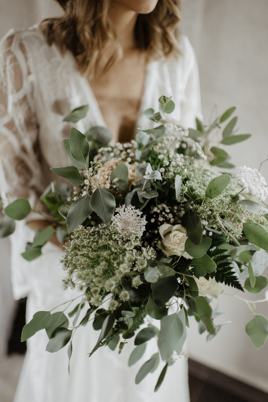 Yvig brudbukett i pastell med eukalyptus
