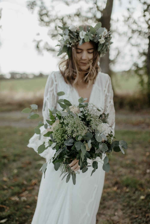 Bohemisk brud med yvig brudbukett och blomsterkrans