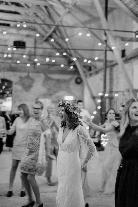 Bohemiskt bröllop på MårtenPers Källa, Österlen. Fotograf Aase Pouline.