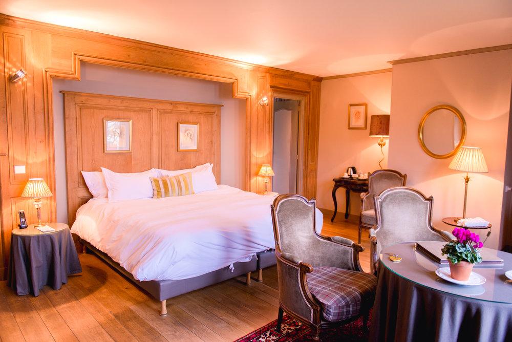 Chambre Triple Confort - Cette chambre est reconnaissable à son atmosphère très «glamour ».La terrasse donnant sur le jardin offre une vue imprenable du soleil se couchant sur la mer.Cette chambre est parfaite pour une escapade romantique ou si vous voyagez en famille, grâce à sa petite chambre attenante.