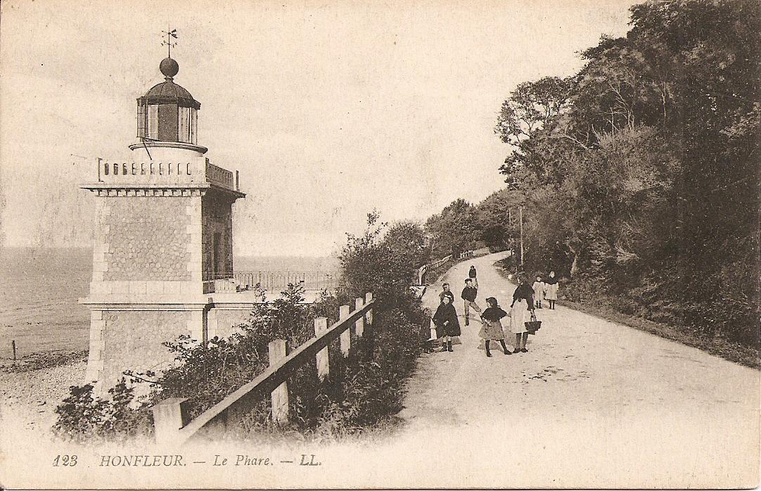 Le phare… - Le phare dit « du butin » construit au début du XXème siècle, remplaçait le phare de l'hôpital dont la lanterne était tombée en désuétude. Il ouvrait l'Estuaire aux navires en phase avec le phare de la « hève » au Havre.