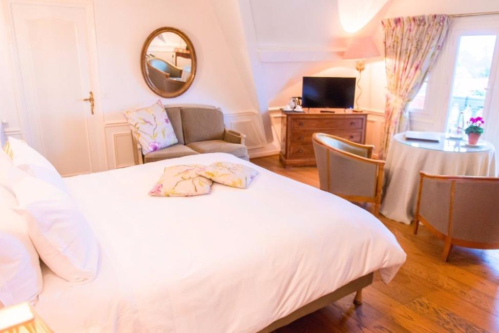 Chambre Confort - Séjournez une nuit dans une de nos quatre chambres « Confort », et vous connaîtrez les fameuses lumières qui ont attiré les Impressionnistes.Ces chambres offrent une vue imprenable sur l'estuaire de la Seine aux couleurs changeantes et aux couchers de soleil extraordinaires.
