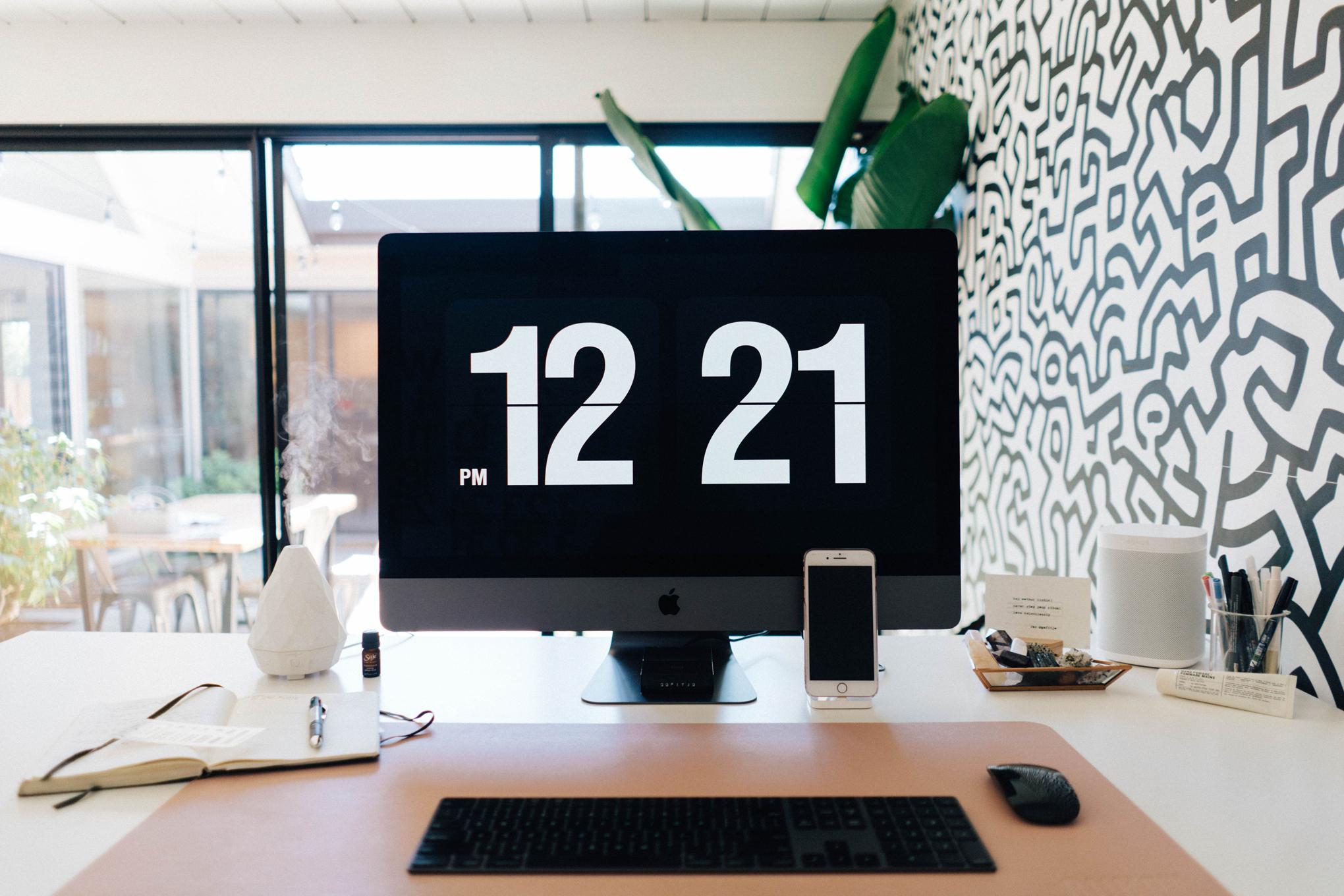 the desktop clock is called Fliqlo. Download it here.