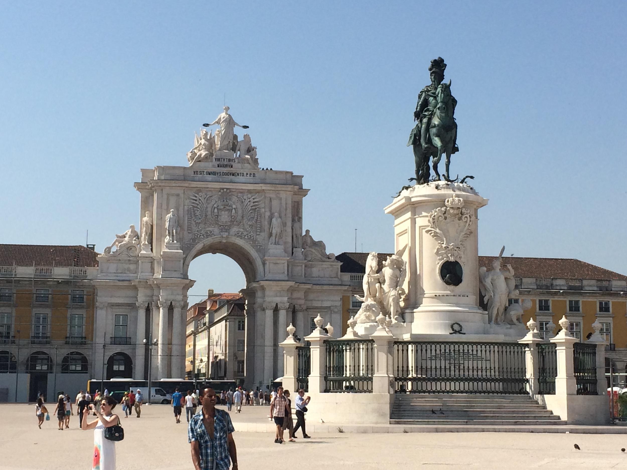 Praça do Comércio with the statue of King José.
