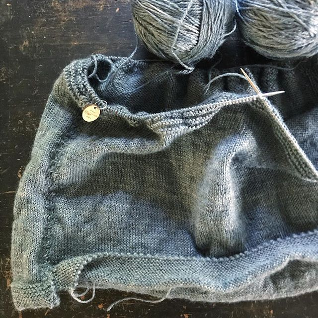 Sunday gansey knitting 🧶 (I'll also be dyeing more of this very light blue gray soon) 💙 . . #gansey #sundayknitting #ganseyprogress #uptonyarns #naturaldyes #naturalindigo