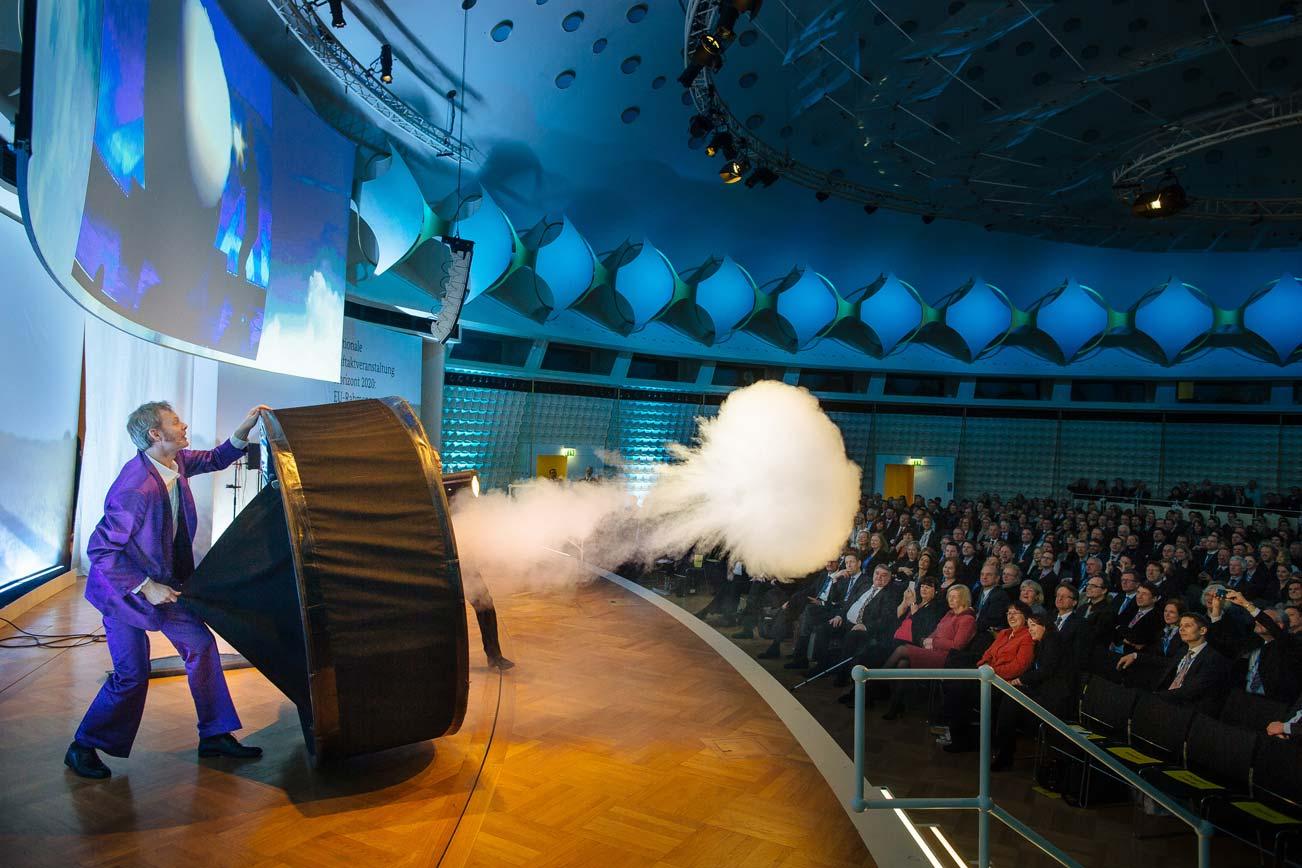 Die Physikanten als Unterhaltung. Im Publikum ganz vorn: Bundesministerin Johanna Wanka