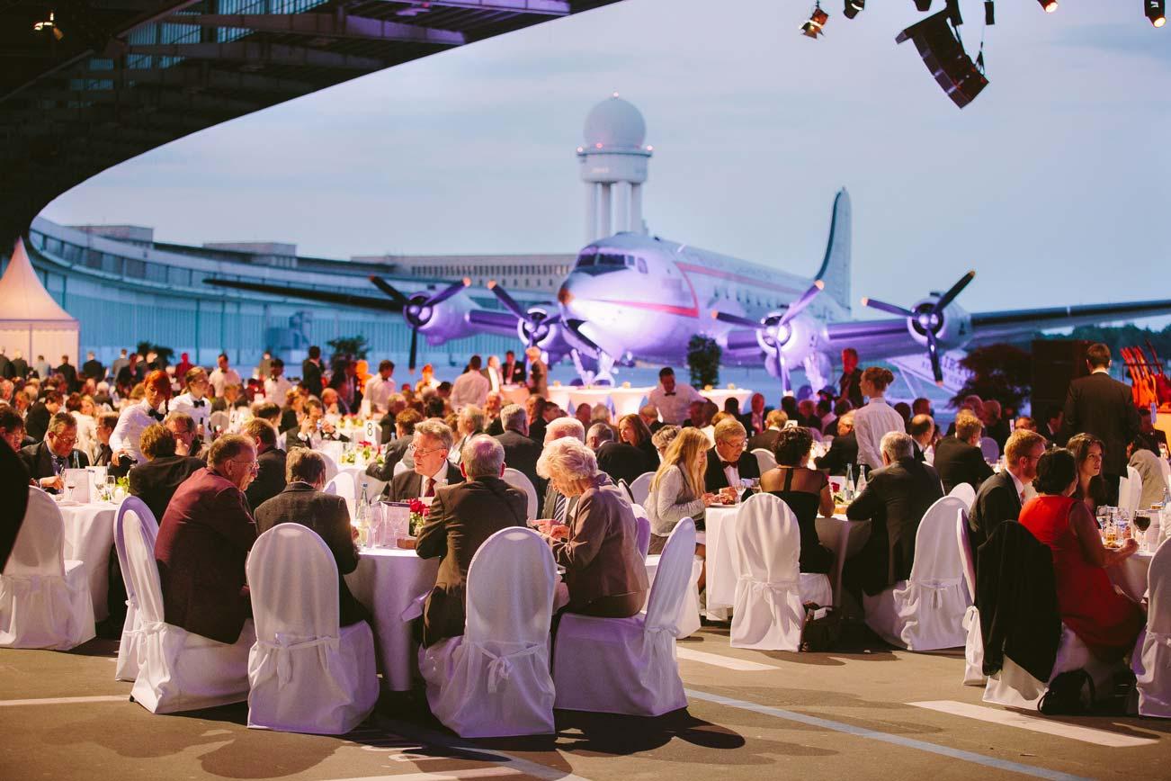 gesetztes-dinner-hangar-tempelhof-mit-buffet.jpg