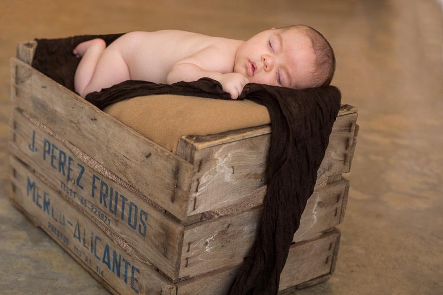 Foto original bebé dormido en caja