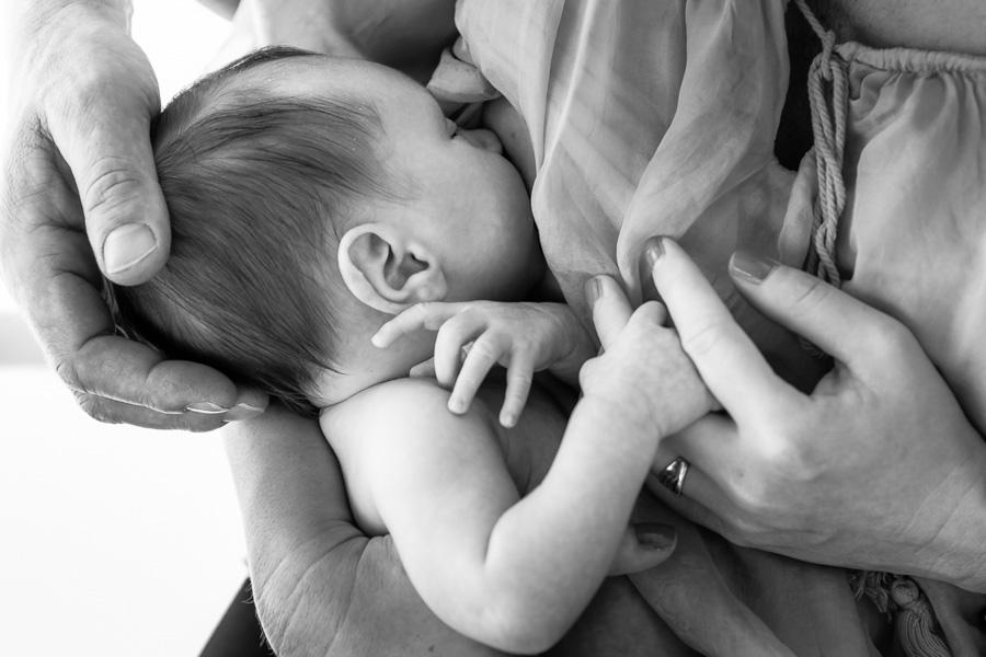 Foto papás abrazando el bebé