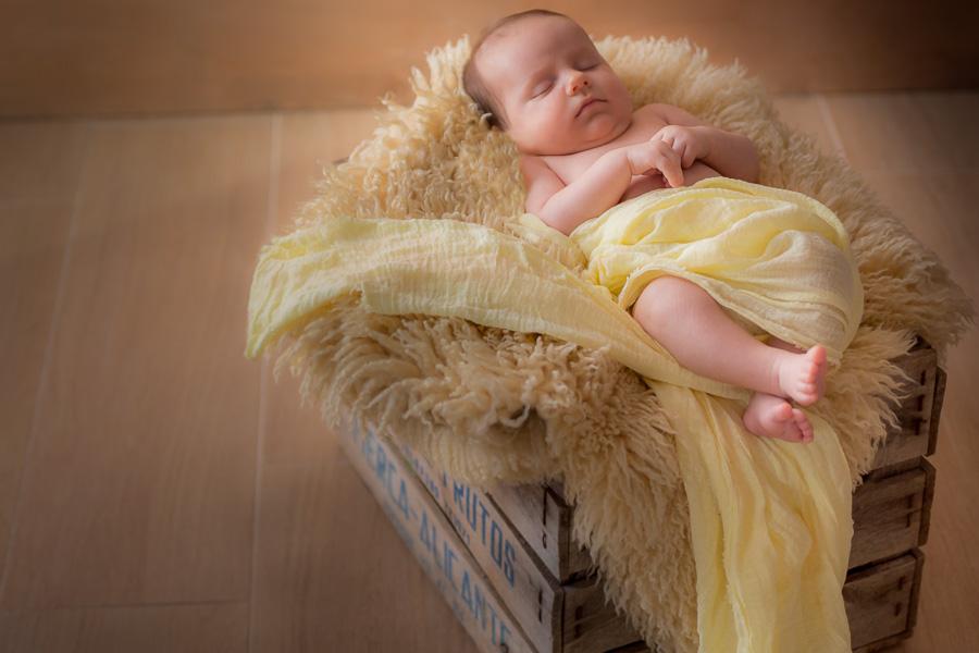 Foto adorable del bebé de 5 semanas dormido en caja vintage