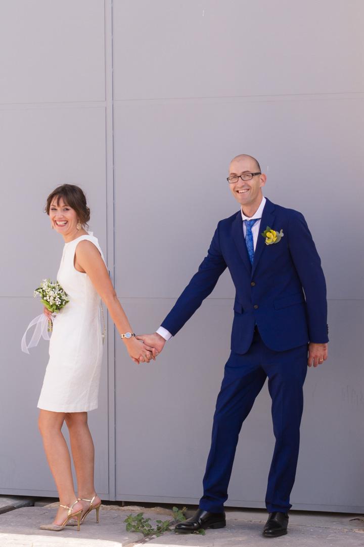 una más de la familia - Es una mujer muy dinámica, con muchísima energía y profesional. En nuestra boda se portó requete bien, hasta nos ayudó a decorar y he de darle gracias mil porque se portó como una más de la familia. Las fotos fantásticas y sobre todo muy divertidas, sabiendo captar hasta los más pequeños detalles que más tarde al ver las fotos hacen revivir el momento. Muy correcta y flexible ante los imprevistos del momento. En fin un 10.-Diana & Manolo