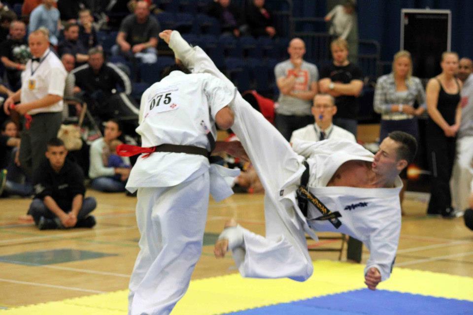 Jansen (Holland) roll-kicks to an ippon