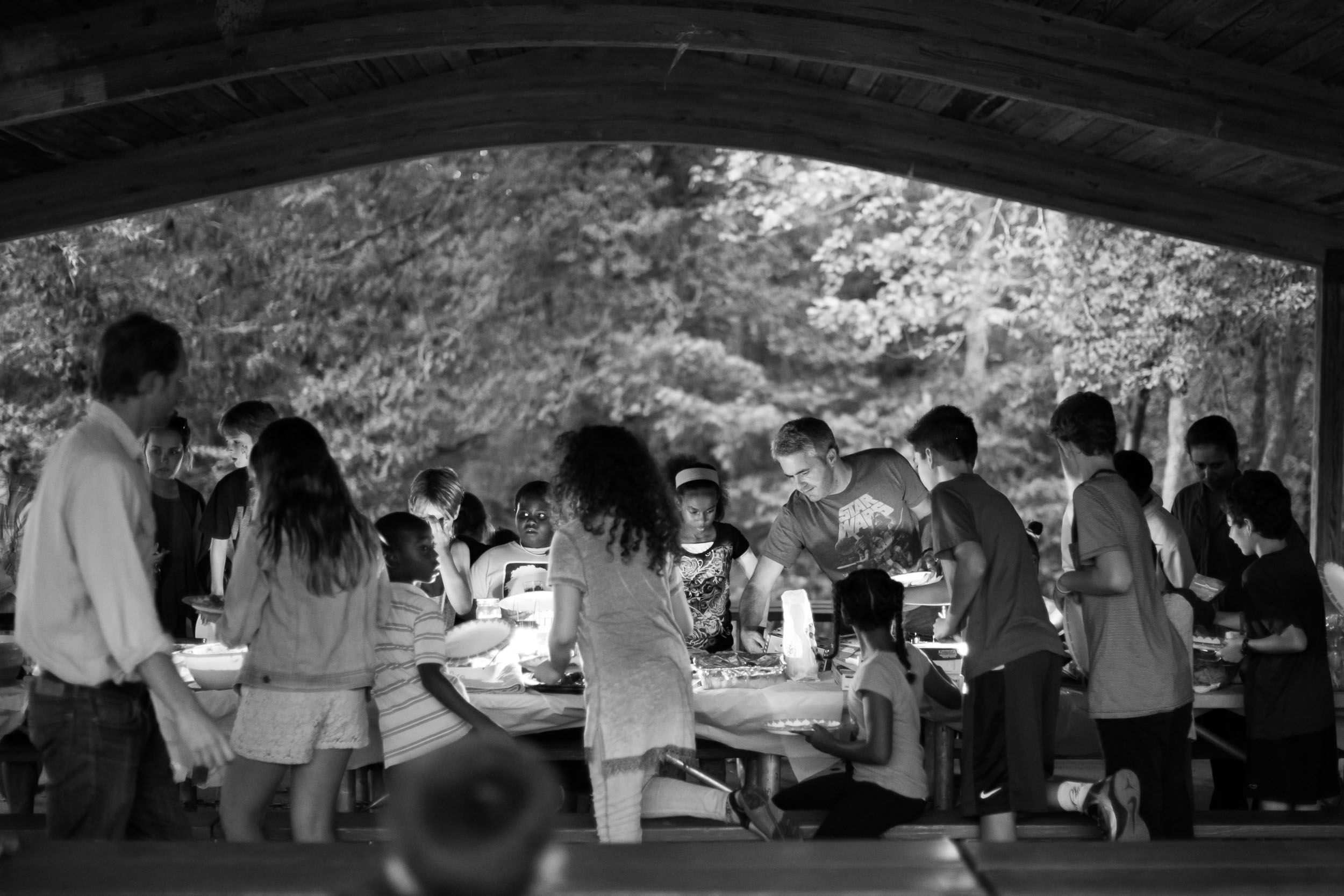Raleigh Family Photographer | G. Lin Photography | Guests grabbing food at picnic tables