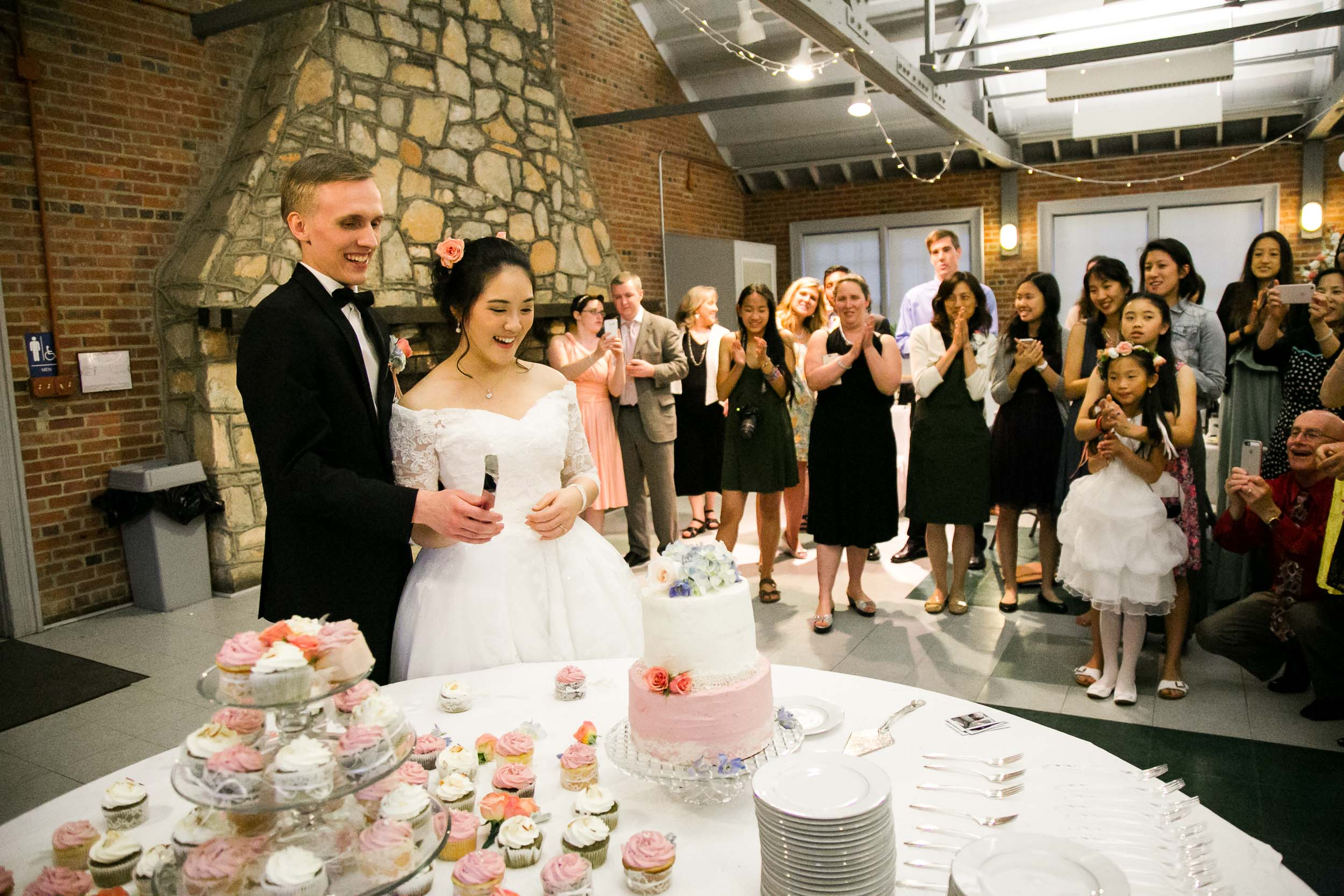 Raleigh Wedding Photographer | G. Lin Photography | Bride and groom cutting the wedding cake