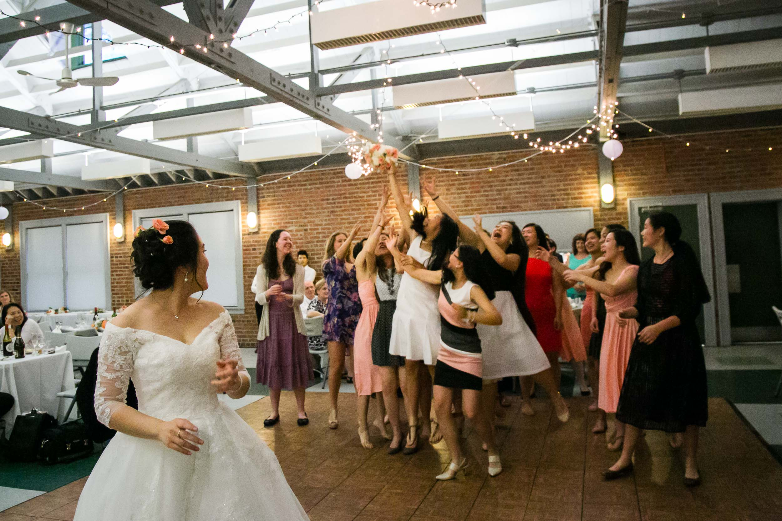 Raleigh Wedding Photographer | G. Lin Photography | Girls catching the wedding bouquet